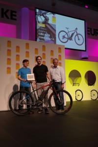 CUBE Head of Enginnering Bernd Schenkl (links) und Designer Maximilian Fricke (Mitte) während der Verleihung