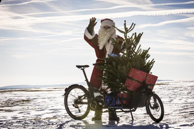 Der Tierschutz hat die Rentiere beschlagnahmt? Kein Problem - dann steigt der Weihnachtsmann halt aufs Lastenrad mit Zusatzantrieb um...