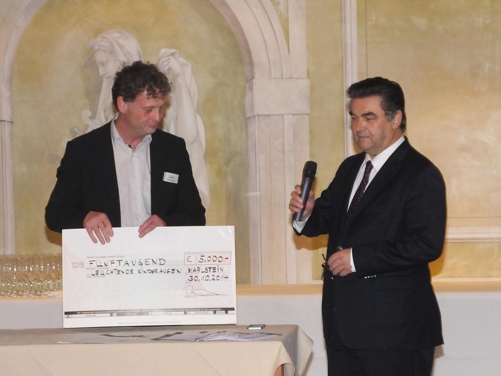 Übergabe Spendenscheck BMZ Sven Bauer Klaus Herzog Leuchtende Kinderaugen
