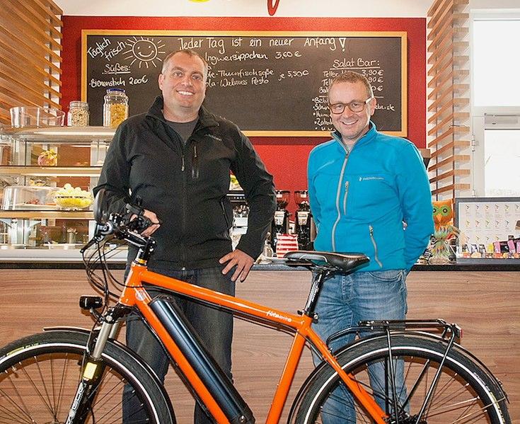 Markus Michelberger (re.) und Pasquale Mennig (li.) blicken sehr zufrieden auf das umsatzstärkste Jahr seit Bestehen von flitzbike.