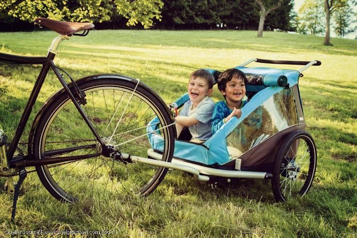 Ohne Parkplatzsorgen, Stau und Stress direkt ans Ziel: Gerade in der Stadt ist die Kombination aus Fahrrad und Trailer der optimale Familien-Mobilisierer.