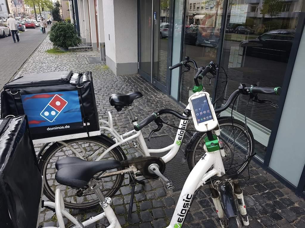 Liefer-eBikes von Domino's dank Fahrradfreisprecheinrichtung von Sminno noch sicherer